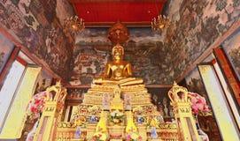 Золотое Buddhas в виске Таиланда Стоковое Изображение RF