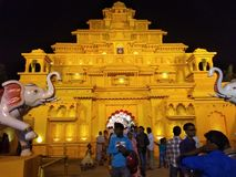 Золотое Durga Pandal Jamtala южное 24 Parganas Бенгалия Индия стоковое изображение rf