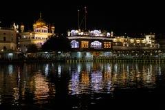 Золотое sahib Harmandir виска в Амритсаре вечером стоковая фотография
