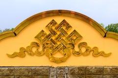 Золотой бесконечный знак узла на буддийском виске стоковое изображение rf