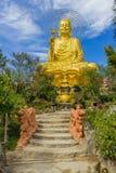 Золотой Будда держа золотой лотос Стоковая Фотография RF