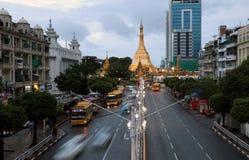 Золотой восьмиугольник пагоды Sula расположенный в сердце городского Янгона, делая им больше чем 2.600 лет старый стоковые фотографии rf