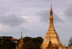 Золотой восьмиугольник пагоды Sula расположенный в сердце центра города на соединении дороги пагоды Sule стоковые изображения rf