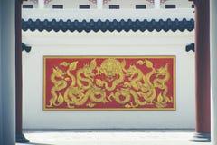 Золотой дракон на стене стоковое фото rf