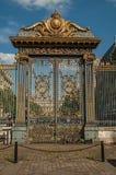 Золотой железные строб и загородка lavishly украшенные под солнечным голубым небом в Париже стоковое фото