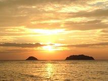 Золотой заход солнца, вид на море, заход солнца, солнце отражая в воде стоковые фото