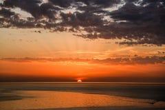 Золотой заход солнца на береге моря города Газа стоковое изображение