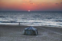 Золотой заход солнца на береге моря города Газа стоковые изображения