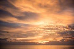 Золотой заход солнца с морем и облаком стоковые изображения