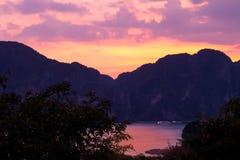 Золотой заход солнца часа на phi Phi Koh, Таиланде стоковые изображения rf