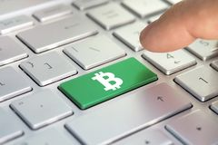 Золотой ключ bitcoin на клавиатуре, кнопке цвета на серой серебряной клавиатуре современного ultrabook титр на кнопке Стоковые Изображения