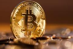Золотой конец-вверх Bitcoin, оно светит в солнце, ем ценный стоковое фото