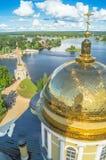 Золотой крест на главном куполе собора явления божества, монастырь Nilov, зона Tver стоковое фото rf