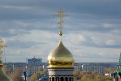 Золотой крест церков стоковая фотография rf