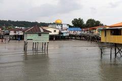 Золотой купол мечети над плохим плохим состоянием деревни бедности, который побежали вниз стоковые фотографии rf