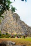 Золотой лазер Будды высек и inlayed с золотом на скале Khao Chee Chan Один из самого известного ландшафта расположенного в Sattah стоковое фото