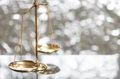 Золотой латунный масштаб баланса Стоковые Фото