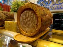 Золотой мед в коре дерева, мед дерева стоковое изображение rf
