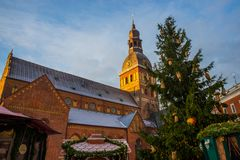 Золотой петушок на башне с часами Собор Риги на квадрате купола в историческом центре в старом городке Риги, Латвии стоковые изображения