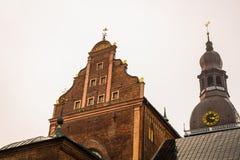 Золотой петушок на башне с часами Собор Риги на квадрате купола в историческом центре в старом городке Риги, Латвии стоковое фото rf