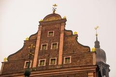 Золотой петушок на башне с часами Собор Риги на квадрате купола в историческом центре в старом городке Риги, Латвии стоковые изображения rf
