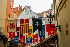 Золотой петушок на башне с часами Собор Риги на квадрате купола в историческом центре в старом городке Риги, Латвии стоковое изображение rf