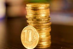 Золотой русский рубль чеканит кучу русский близкого фронта валюты новый вверх по взгляду Стоковая Фотография RF