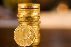 Золотой русский рубль чеканит кучу русский близкого фронта валюты новый вверх по взгляду Стоковое Изображение