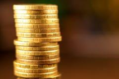 Золотой русский рубль чеканит кучу русский близкого фронта валюты новый вверх по взгляду Стоковые Изображения