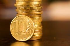 Золотой русский рубль чеканит кучу русский близкого фронта валюты новый вверх по взгляду Стоковое Изображение RF