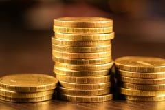 Золотой русский рубль чеканит кучу русский близкого фронта валюты новый вверх по взгляду Стоковые Изображения RF