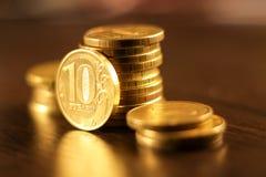 Золотой русский рубль чеканит кучу русский близкого фронта валюты новый вверх по взгляду Стоковое Фото
