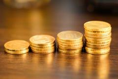 Золотой русский рубль чеканит кучу русский близкого фронта валюты новый вверх по взгляду Стоковое фото RF