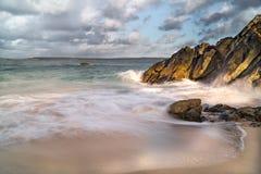Золотой свет и прибой ломая вокруг утесов, St Ives, Корнуолл стоковое фото rf