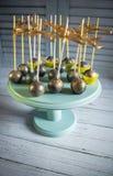 Золотой торт хлопает на деревянной стойке Стоковое Изображение
