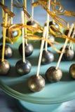 Золотой торт хлопает на деревянной стойке Стоковое фото RF