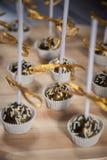 Золотой торт хлопает на деревянной стойке Стоковые Изображения RF