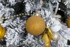 Золотой шарик на рождественской елке, decoratio рождества рождества Стоковое фото RF