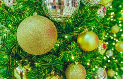 Золотой шарик рождества на рождественской елке Стоковая Фотография