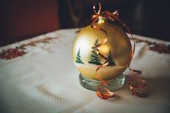 Золотой шарик рождества с деревьями и бархатом стоковое фото rf