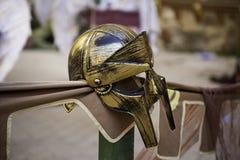 Золотой шлем гладиатора для защиты в бое и войне Стоковые Фотографии RF
