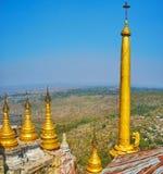 Золотой штендер в монастыре Popa Taung Kalat, Мьянме стоковое фото rf