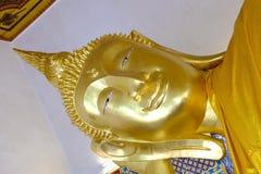 Золото возлежа Будда в Таиланде стоковое фото rf