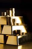 Золото в слитках! Деньги и финансовохозяйственное на черной предпосылке стоковое фото rf