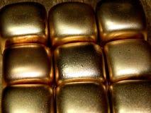 Золото в слитках золота на черной предпосылке Стоковые Изображения
