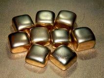 Золото в слитках золота на черной предпосылке Стоковое Изображение