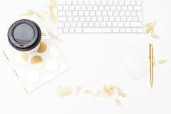 Золото и белые аксессуары офиса Плоское положение стоковая фотография rf