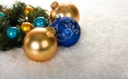 Золото и голубые шарики рождества с ветвью Стоковые Изображения