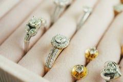 Золото и кольцо с бриллиантом и серьги серебра в шкатулке для драгоценностей стоковые изображения rf