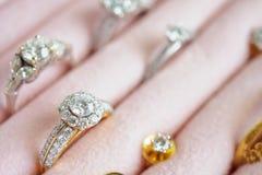 Золото и кольцо с бриллиантом и серьги серебра в шкатулке для драгоценностей стоковое фото rf